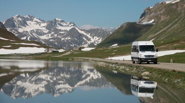 Il bus Alpin sin il Pass d'Alvra.