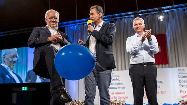 Ils cussegliers federals Johann Schneider-Ammann (sanester) e Didier Burkhalter (dretg) cun lur president da partida Philipp Müller a Surses.