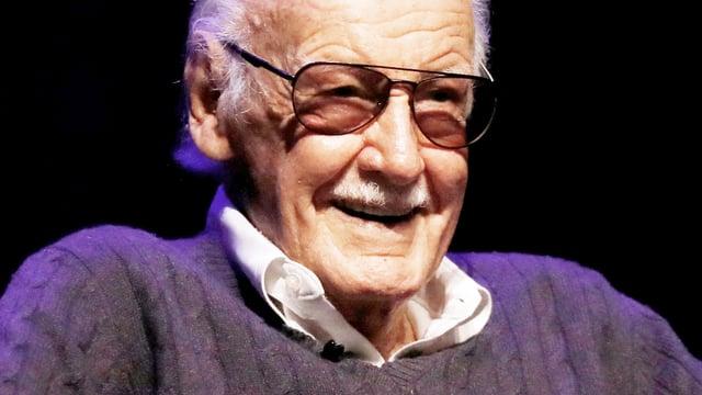 Stan Lee vor einem schwarzen Hintergrund