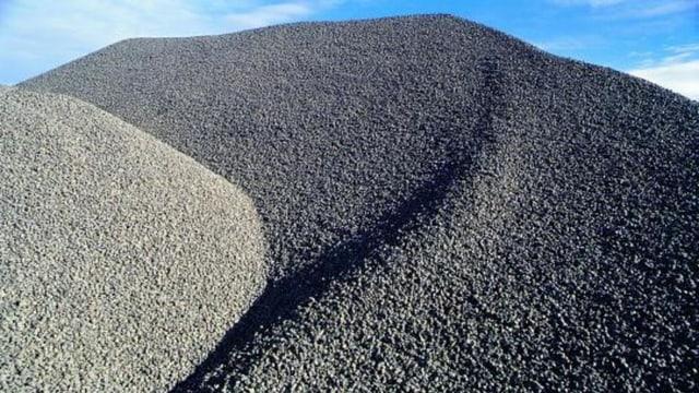 Aufgeschüttete Hügel mit Zement-Rohstoffen