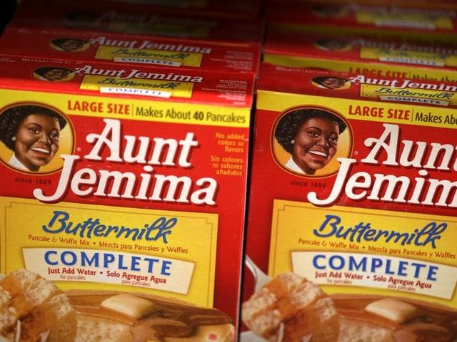 Eine Buttermilchpackung mit einer Schwarzen Frau drauf.