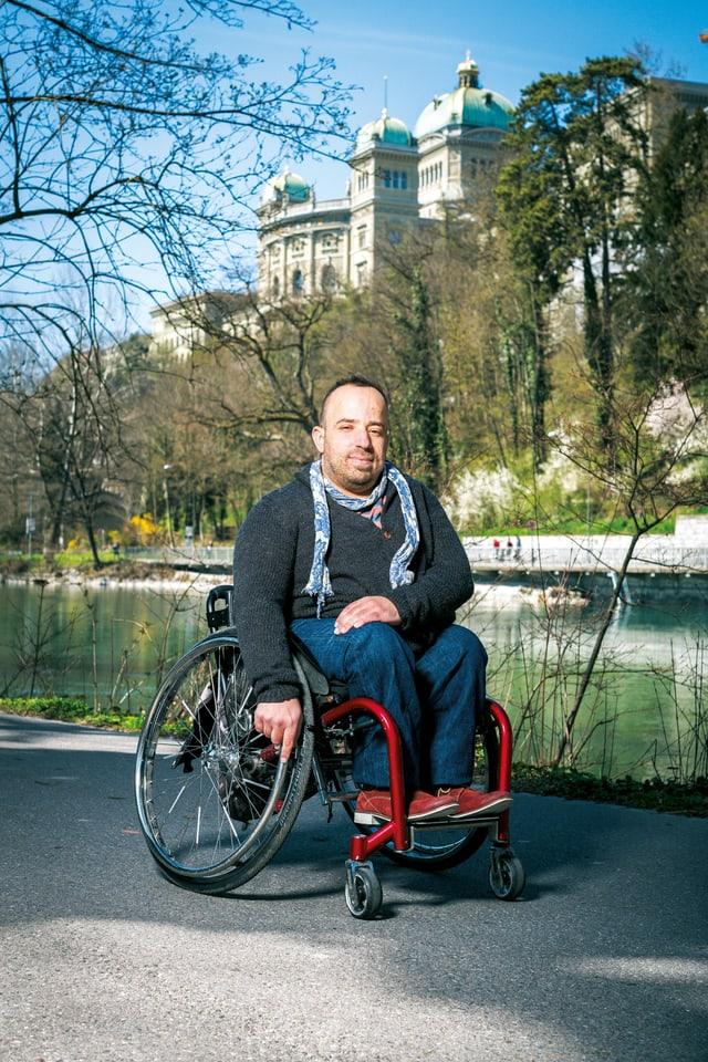 Ein Mann im Rollstuhl, hinter ihm Aare und Bundeshaus.