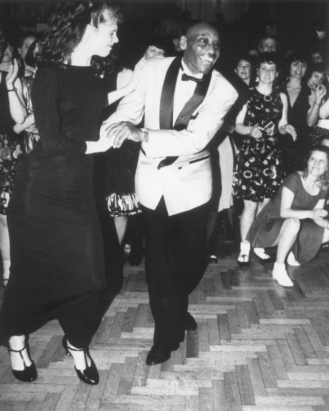 Frankie Manning tanzt mit Cynthia Millman an seinem 80. Geburtstag.