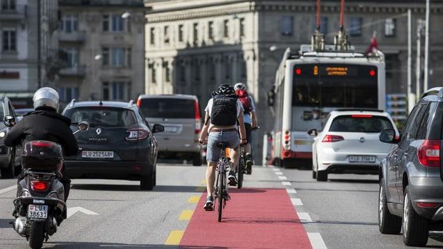 Velo zwischen Autos und Bussen auf der Seebrücke Luzern.