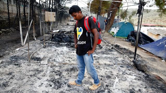 Ein Flüchtling steht alleine auf der niedergebrannten Fläche des Lagers in Moria.