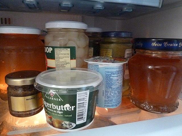 Blick in den Kühlschrank: Ein Tablar mit Gläsern und Bechern.