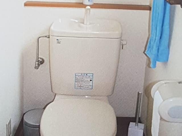 WC mit Hahn auf dem Spühlkasten.