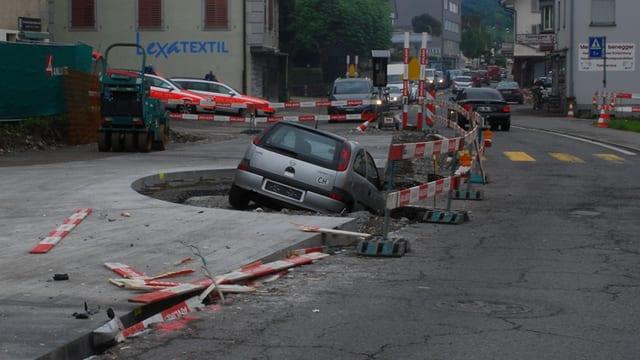Das Unfallauto liegt in einer Baustellengrube