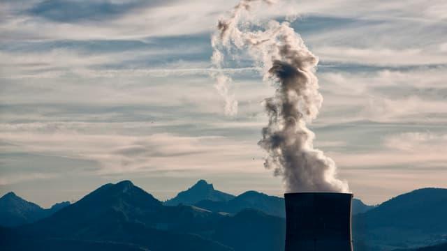 Reaktor des Atomkraftwerks Gösgen vor Bergkulisse.