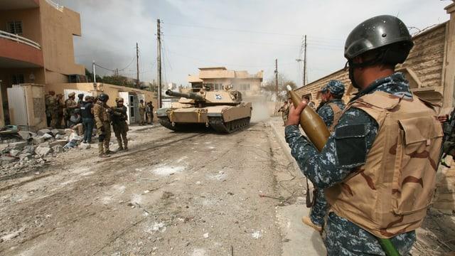 Soldaten kontrollieren die Strasse.