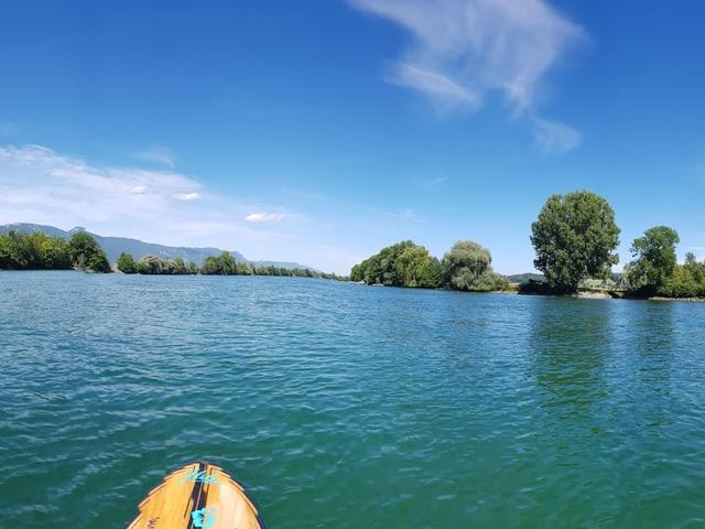 Blick von Stand-Up-Paddelbrett über See.