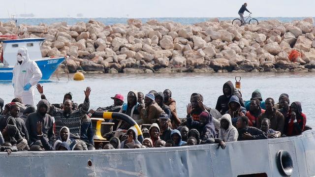 Von der italienischen Marine gerettete Flüchtlinge kommen auf Sizilien an.