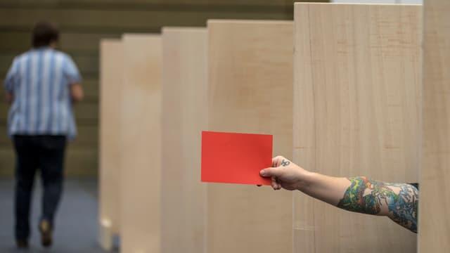 Blick in ein Wahllokal der Gesamterneurungswahlen im Kanton Zug vom Oktober 2014