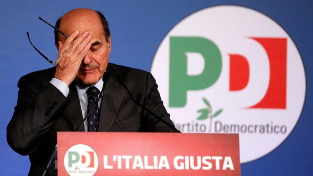 Bersani mit geschlossenen Augen und Hand am Rednerpult.