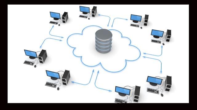 Acht Computer stehen im Kreis um einen Server.
