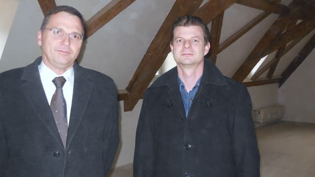 Zwei Männer im Innern des neuen Gerichtsgebäudes.