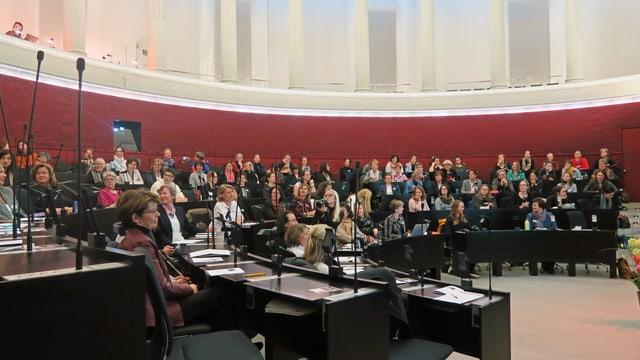 Blick in den Luzerner Kantonsratssaal während einer Veranstaltung des Netzwerks «Frauen Luzern Politik».