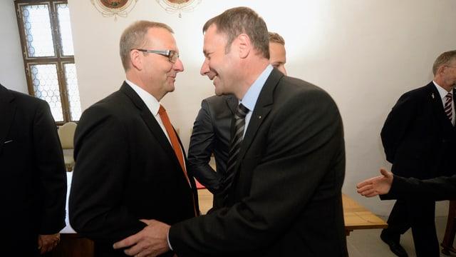 Alfred Bossard und Othmar Filliger gratulieren sich.