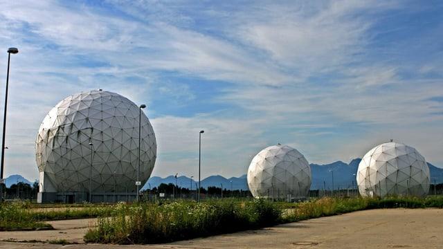 Drei weisse Radarkuppeln