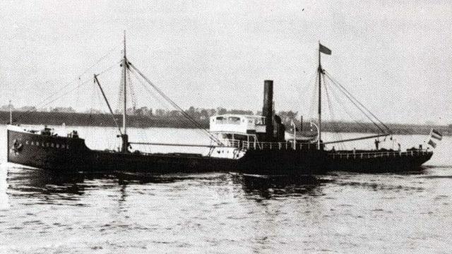 Eine alte Schwarz-Weiss-Aufnahme der SS Karlsruhe auf dem Wasser.