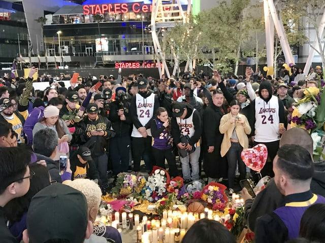 Zahlreiche Menschen trauern um Bryant.