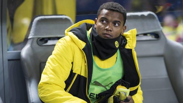Dortmunds Neuzugang Manuel Akanji sitzt auf der Ersatzbank