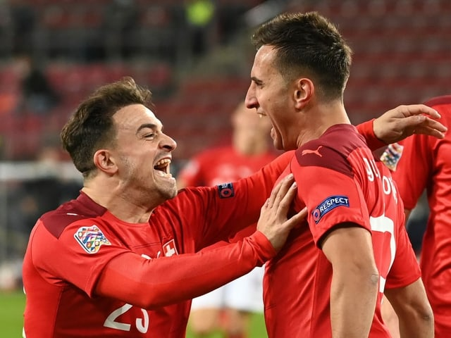 Xherdan Shaqiri und Mario Gavranovic jubeln gemeinsam.