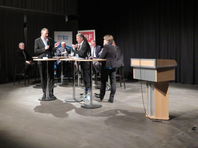 Zwei Politiker diskutieren zusammen.