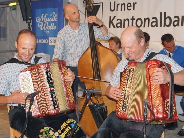 Volksmusik-Kapelle auf Tanzboden.