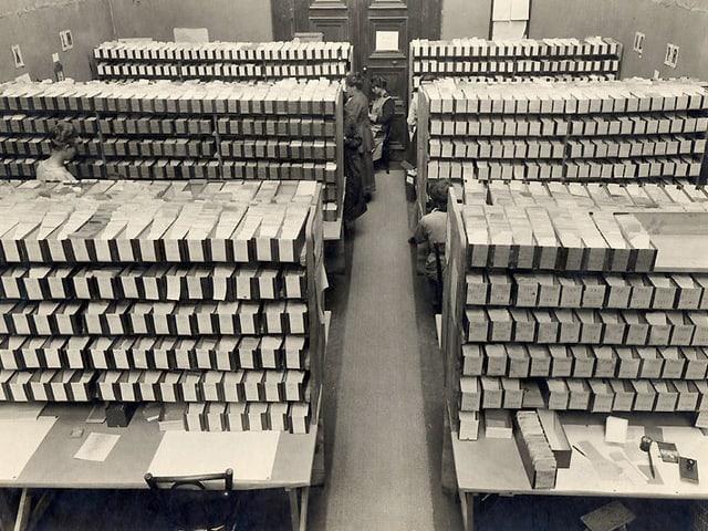 Sechs Regale voll von Schubladen, in denen sich Kartekarten befinden.