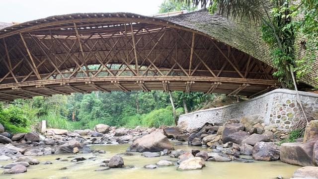 Eine Bambusbrücke.