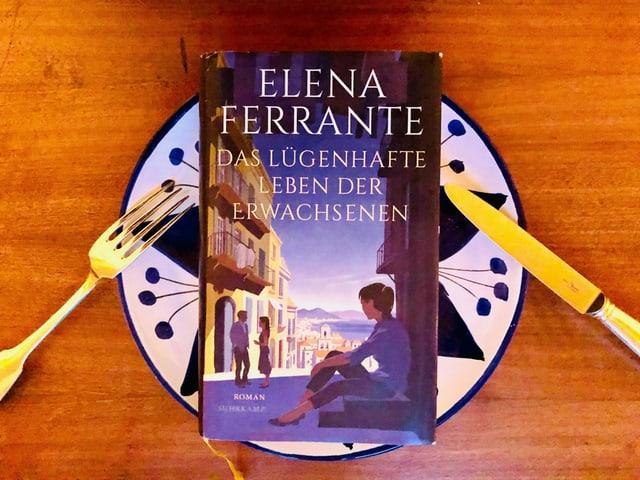 Der Roman «Das lügenhafte Leben der Erwachsenen» von Elena Ferrante liegt auf einem italienischen Keramik-Teller