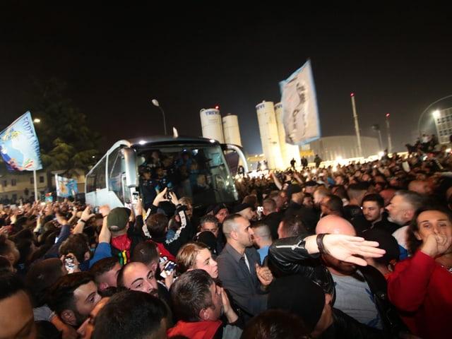 Der Mannschafts-Car bahnt sich einen Weg durch die Menge.