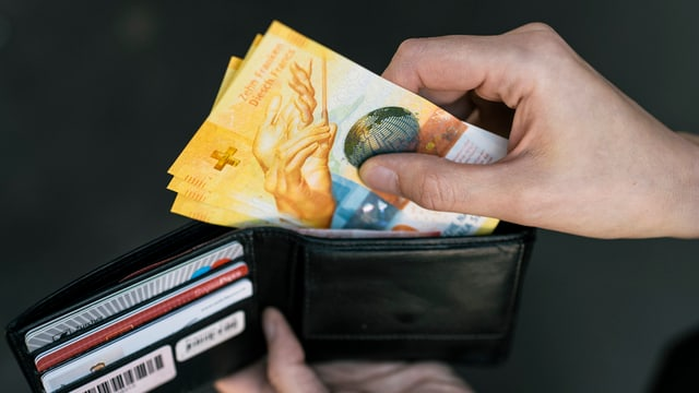 Portemonnaie mit 3 Zehnernoten.
