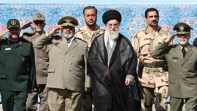 Ali Chamenei im Beisein der ihm unterstellten Militärspitzen des Landes.