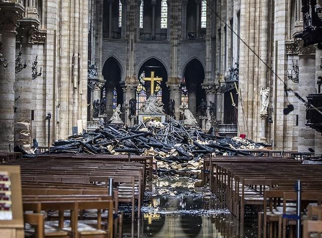 Trümmer in der Notre-Dame.