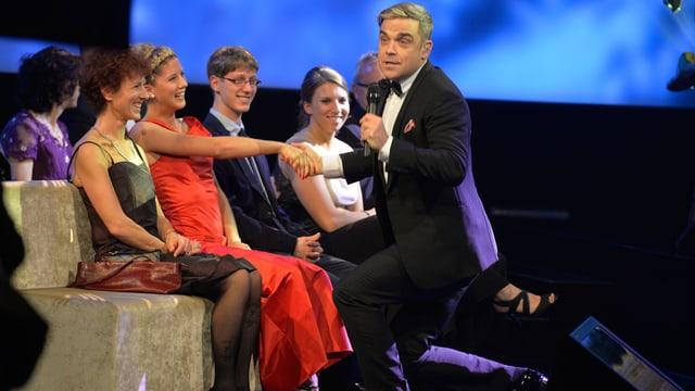 Stargast Robbie Williams geht bei den Credit Suisse Sports Awards 2013 vor Jolanda Neff auf die Knie.