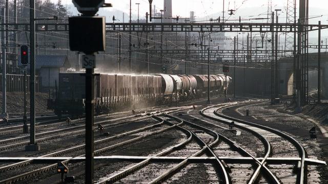 Güterzug verlässt den Güterbahnhof in Muttenz.