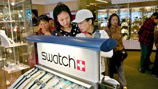 Asiats en ina butia da Swatch