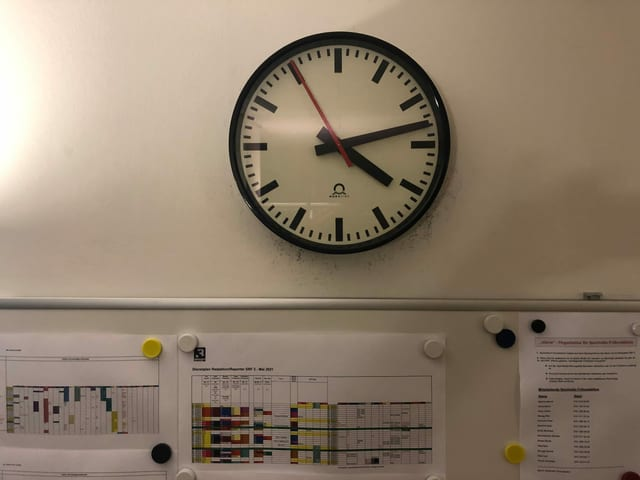 Die Uhr steht auf 04:14 Uhr