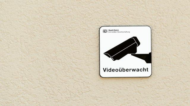 Schild mit der Aufschrift: Videoüberwacht.