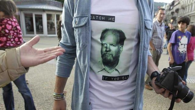 T-Shirt mit Porträt Kneubühls und der Aufschrift «Catch me if you can».