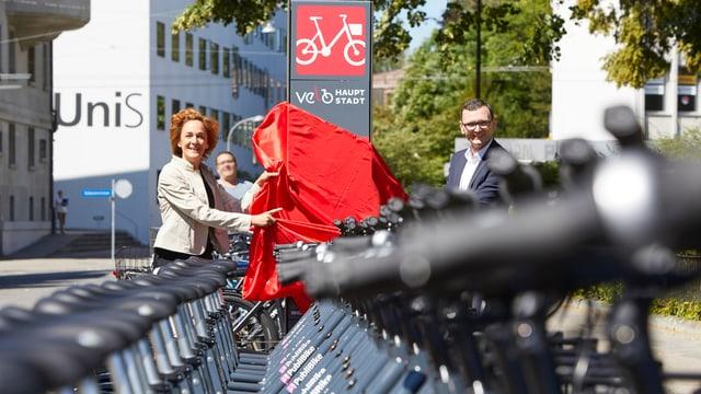 Gemeinderätin Ursula Wyss und Publibike-Chef Bruno Rohner enthüllen eine Veloverleih-Stations-Stele.