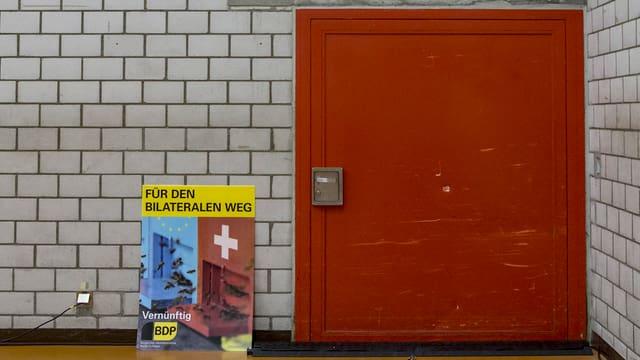 Ein BDP-Plakat neben einem Eingang.