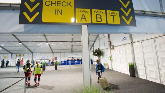Praktisch leere Abflugshalle am Brüsseler Flughafen Zaventem.