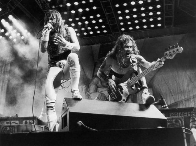 Heavy-Metal-Band Iron Maiden auf der Bühne, dem Publikum zugewendet.