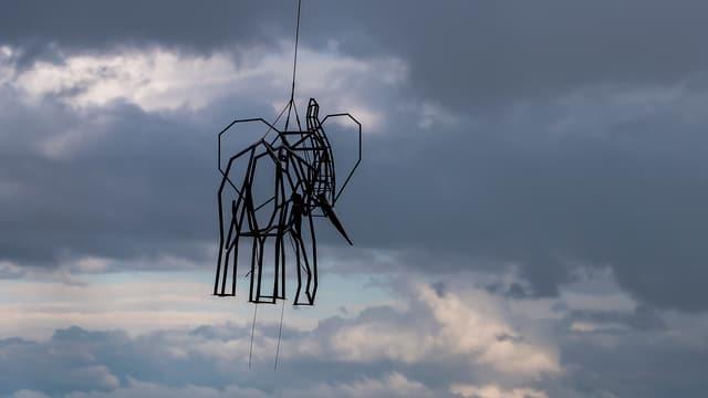 Elefanten-Skulptur in Luft
