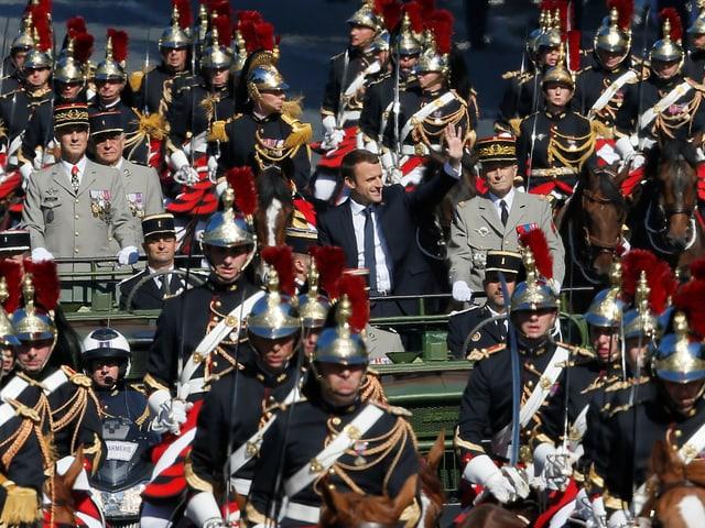 Emmanuel Macron inmitten von Soldaten