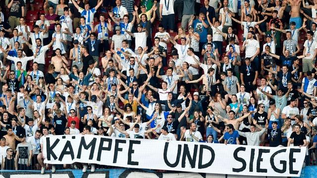 """Fanblock der Grasshoppers mit einem Transparent """"Kämpre und Siege"""""""
