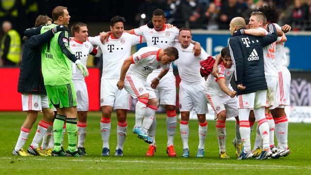 Bayern-Spieler jubeln nach dem Meister-Titel.